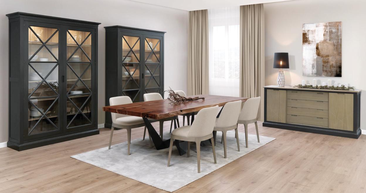Sala de jantar com mesa, louceiro e aparador moderna