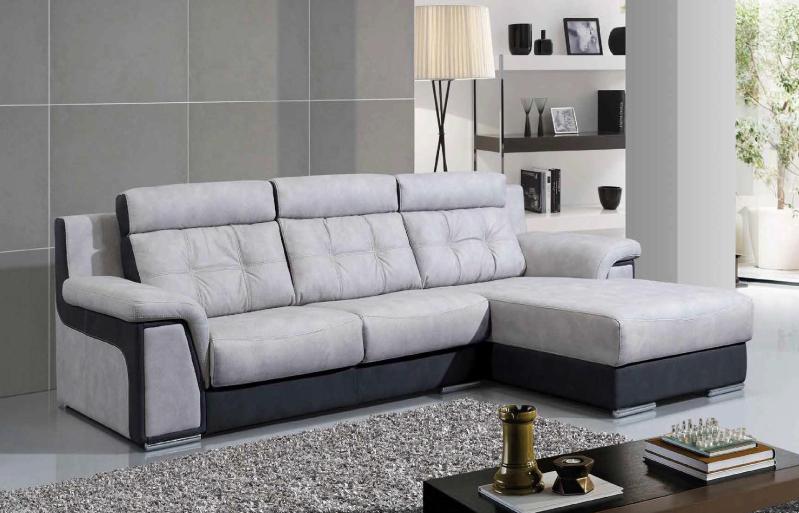 Sofá moderno com mesa de apoio e candeeiro de pé
